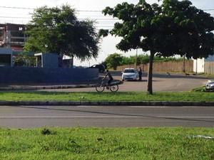 Com a greve do sistema de transporte público, pessoas se arriscam de bicicleta (Foto: Clarissa Carramilo / G1)