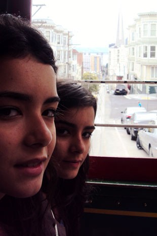 As gêmeas Cecilia (à frente) e Marina Resende Santos, de 17 anos; elas passaram em primeiro lugar em cursos da USP (Foto: Arquivo pessoal/Marina e Cecília Resende Santos)
