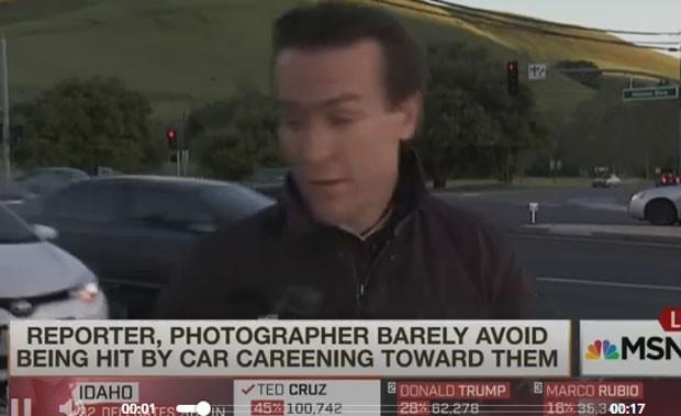 Durante reportagem, dois carros bateram e um avançou contra repórter (Foto: MSNBC)