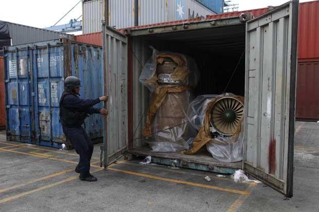 Policiais do Panamá descobrem motores de caças em navio norte-coreano (Foto: Carlos Jasso/ Reuters)