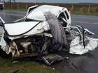 Dois morrem em colisão contra um caminhão que deixou carro destruído