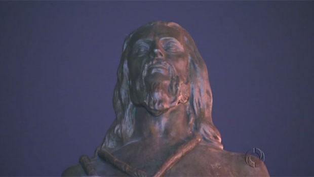 Estátua de Tiradentes foi devolvida ao pedestal na praça (Foto: Reprodução)