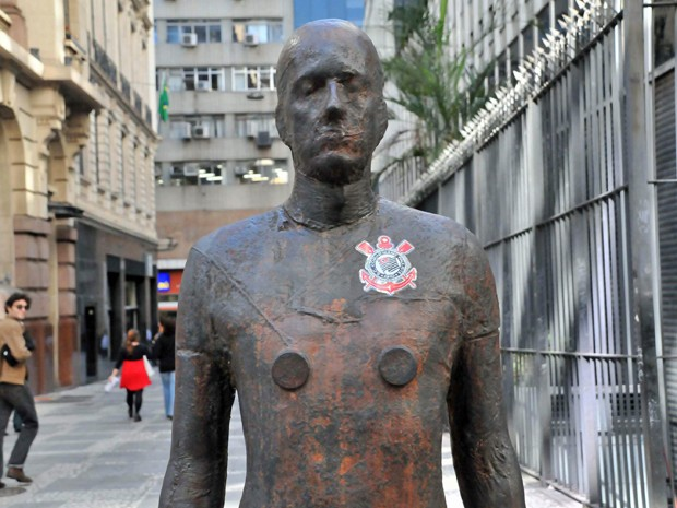 "Est&#225;tua da exposi&#231;&#227;o ""Corpos Presentes"" ganhou um adesivo do Corinthians nesta sexta-feira (Foto: J. Duran machfee/ Futura Press/ AE)"
