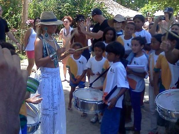 Beyoncé se diverte com crianças em Trancoso (Foto: Janaína Silva / Arquivo Pessoal)
