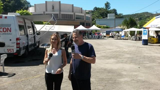 Vanessa Moltini e Valther Ostermann acompanharam evento ao vivo (Foto: Leonardo Falchetti/RBS TV)