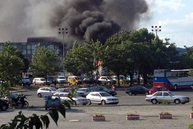 Fumaça ergue-se após explosão na região do aeroporto de , na Bulgária, nesta quarta-feira (18) (Foto: AFP)