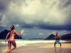 Giovanna Ewbank joga frescobol com Bruno Gagliasso e mostra corpão