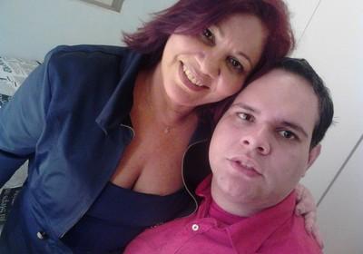 Raimunda ao lado de seu filho Filipe, um rapaz autista de 28 anos (Foto: Arquivo pessoal)