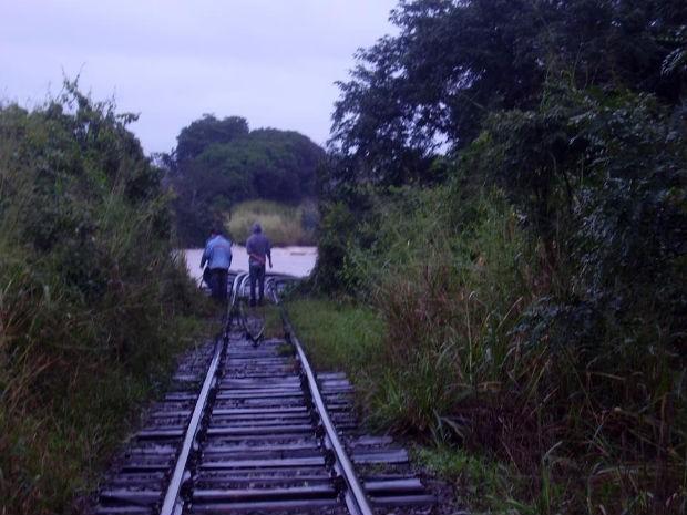 Ponte destruída fica em distrito rural (Foto: Airton Ferreira)