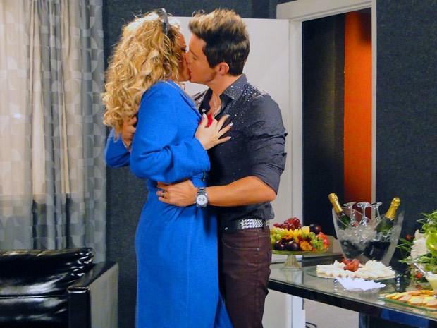 Fabian chega sedutor em Rosário e lhe tasca um beijão (Foto: Cheias de Charme/ TV Globo)
