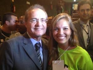 Militante do PMDB-RS, Gabriela Schwanke posa ao lado de Renan Calheiros (Foto: Felipe Néri/G1)