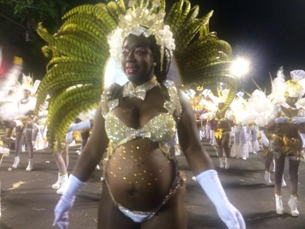 Tina desfilou pela Inocentes de Belford Roxo (Foto: GAbriel Barreira/G1)