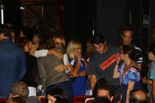 Artistas se consolam durante velório do ator (Foto: Marcello Sá Barretto / AgNews)