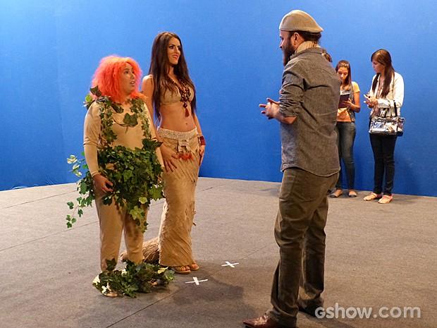 Diretor explica o conceito do filme para Selma e Rita  (Foto: Além do Horizonte/TV Globo)