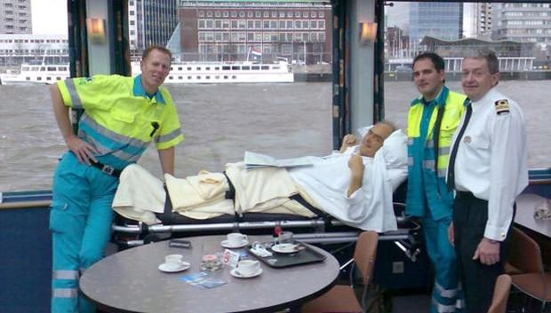 O primeiro desejo atendido: Mario Stefanutto em seu passeio pela baía de Roterdã (Foto:  Stichting Ambulance Wens)