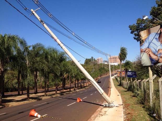 Um poste de iluminação pública foi danificado após um acidente na madrugada desta quarta-feira (6) na Avenida Dr. Ângelo Genaro Gallo, na zona sul de Ribeirão Preto (SP). De acordo com a Companhia Paulista de Força e Luz (CPFL), a coluna de concreto foi a (Foto: Érico Andrade)