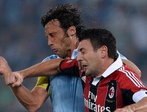Stefano Mauri do Lazio e Daniele Bonera do Milan (Foto: AFP)