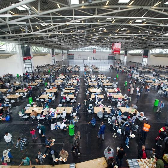 Um abrigo improvisado para refugiados em um centro de exposições de Munique, na Alemanha (Foto: Angelika Warmuth/dpa via AP)