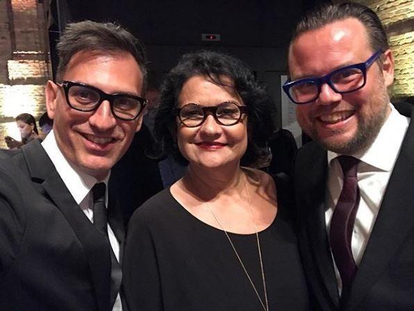 A vencedora do prêmio Solange Farkas entre os curadores Sam Bardaouil e Till Fellrath  (Foto: Reprodução Instagram )