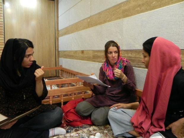 Bianca conversa com duas amigas em um restaurante no Irã (Foto: Guilherme Canever)