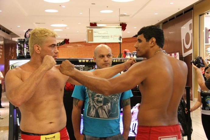 Luis Guilherme Soldado Andrade e Diego Mendes na pesagem do MegaFighters (Foto: Gabriel Peres)