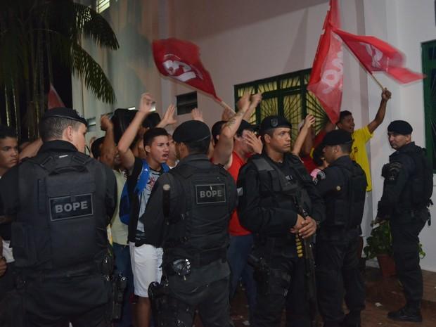 Policiais garantem segurança no debate da TV Acre (Foto: Yuri Marcel/G1)
