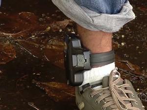 Um dos suspeitos usava tornozeleira eletrônica, em Goiânia (Foto: Reprodução/ TV Anhanguera)