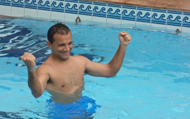Iarley Paysandu piscina (Foto: Thiago Lopes / GLOBOESPORTE.COM)