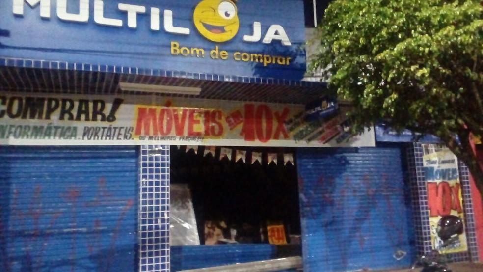 Ladrões arrombaram porta de loja usando carro em Telêmaco Borba (Foto: Alex Durski/Arquivo pessoal)