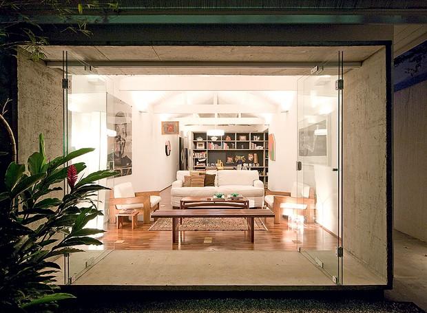 Com a reforma do arquiteto Eduardo Chalabi, a casa da década de 1930 ganhou estilo de loft. Painéis de vidro abrem totalmente a sala para o jardim de entrada (Foto: Maíra Acayaba/Casa e Jardim)