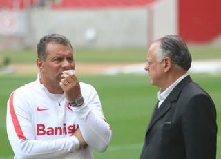 Roth conversa com o vice de futebol Fernando Carvalho (Foto: Tomás Hammes/GloboEsporte.com)