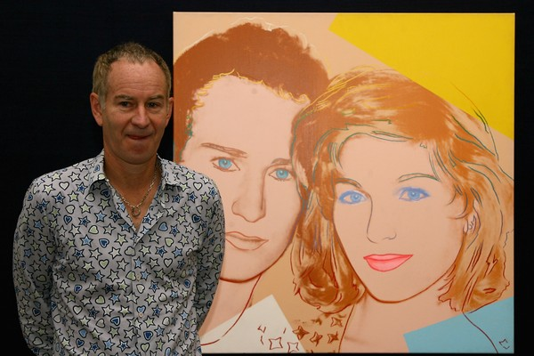 O ex-tenista John McEnroe ao lado de um quadro com ele e a ex-esposa, feito pelo artista Andy Warhol (Foto: Getty Images)