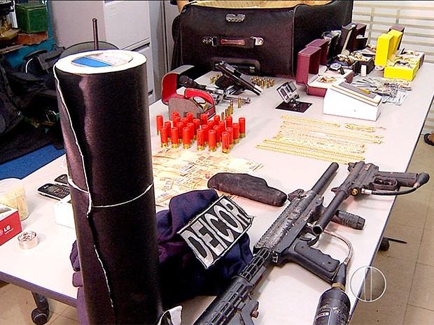 Armas, munições, relógios e nove mil dólares foram encontrados com os suspeitos (Foto: Reprodução/Inter TV Cabugi)