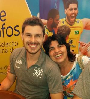 Elza aproveitou a tarde de autógrafos para tirar foto com o levantador Bruninho (Foto: Arquivo Pessoal/Elza Azevedo)