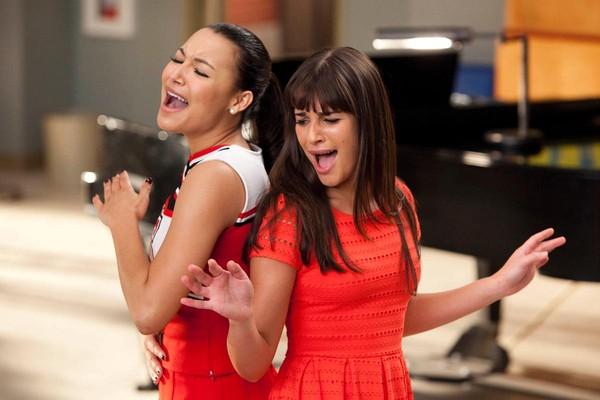 Lea Michele como Rachel Berry e Naya Rivera como Santana em 'Glee' (Foto: Divulgação)