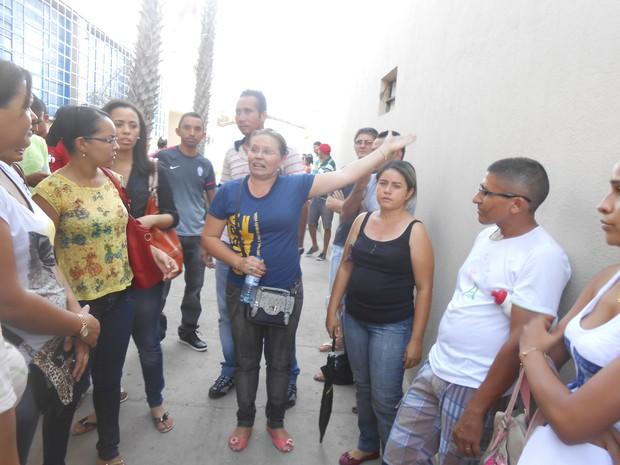 Revoltados com atraso de 1h, candidatos desistiram de fazer concurso da Eletrobras Piauí (Foto: Catarina Costa/G1)