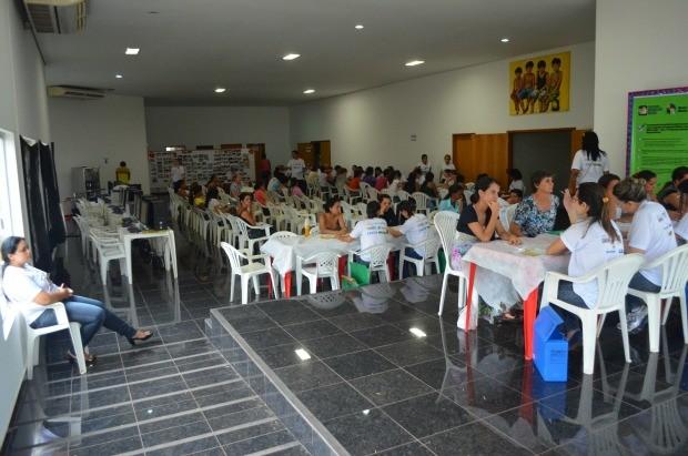Teatro em Cacoal ficou lotado de famílias interessadas em inscrição (Foto: Magda Oliveira/G1)