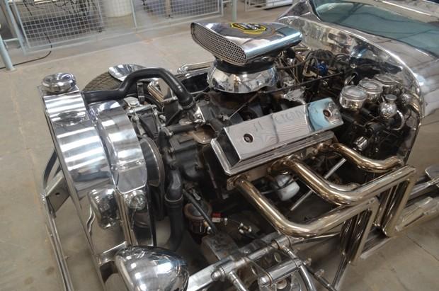 Motor do carro de inox é de uma camionete (Foto: Flávio Godoi/G1)