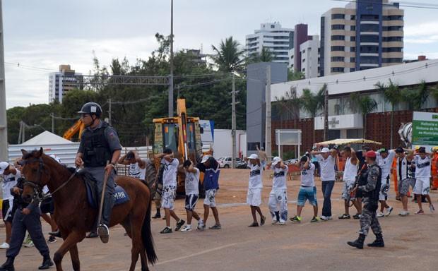 Torcedores foram detidos nas proximidades da passarela de Potilândia e conduzidos pela PM até a delegacia da Polícia Civil que fica dentro da Arena das Dunas (Foto: Augusto Gomes/G1)