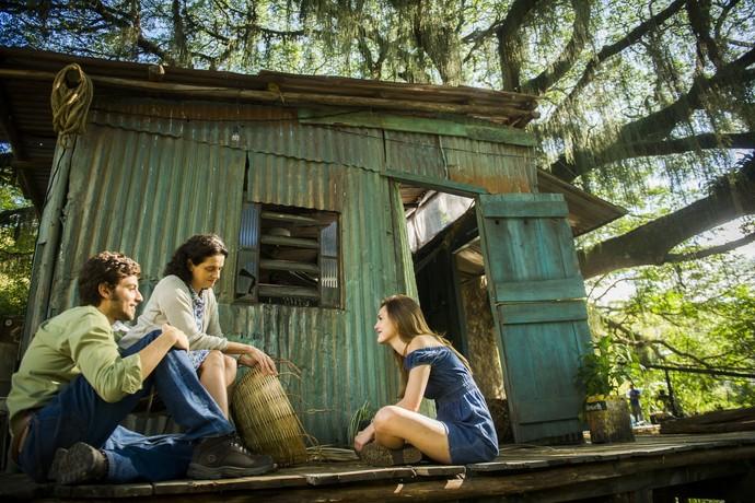 Os três conversam em frente à casa da Helô (Foto: João Miguel Júnior/TV Globo)