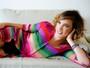 Adriana Birolli abre o guarda-roupa e diz: 'Looks caros são emprestados'