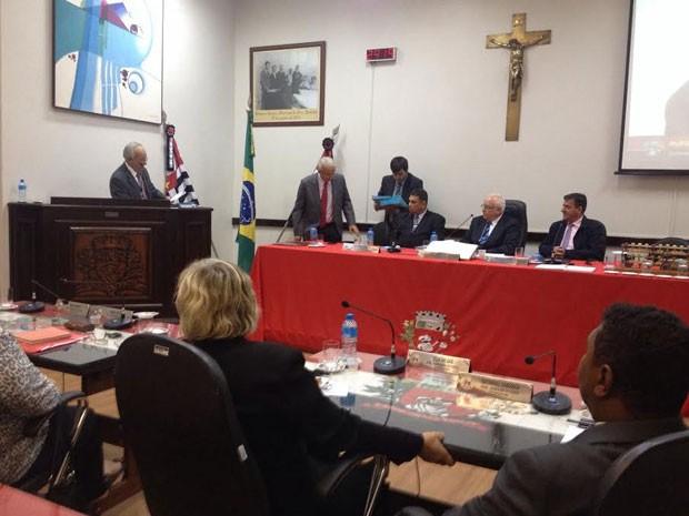 O advogado Rufino de Campos defende o vereador Adilson Silgueiro no julgamento (Foto: Heloise Hamada/G1)