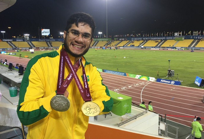 Yohansson Nascimento exibe as medalhas de ouro e prata conquistadas no Mundial Paralímpico de Atletismo em Doha, no Catar (Foto: Carol Fontes)