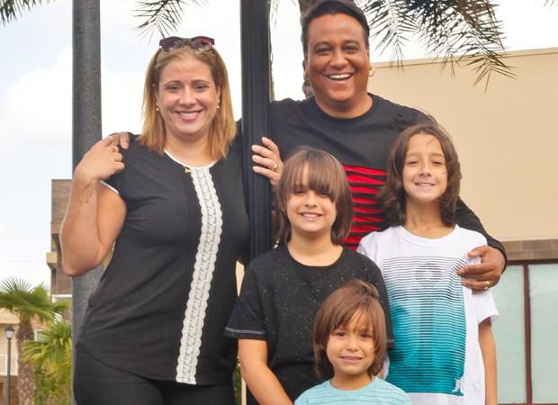 CArmelo Maia curte dias de folga com a mulher e os três filhos (Foto: Eduardo DiCastro/Divulgação)