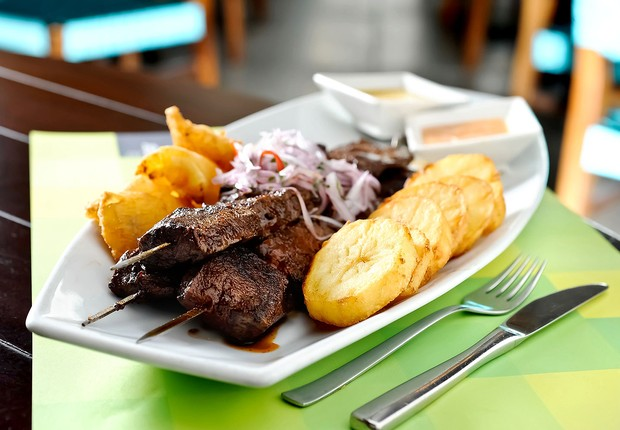 Anticucho do restaurante La Mar: espetinhos de coração de boi marinado em salsa com aji panca, servidos com batata (Foto: Tadeu Brunelli / Divulgação)