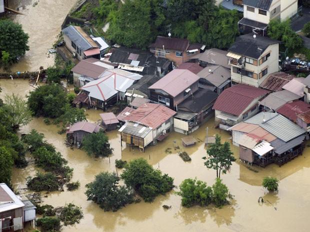 Uma área residencial de Kyoto, no oeste do Japão, ficou inundada no domingo (15) após ser atingida pelas chuvas torrenciais que já castigavam o sul do país. (Foto: Foto AP/Kyodo News)