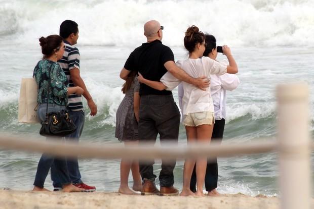 Familiares e amigos prestando homenagem ao filho de Manoel Carlos (Foto: J.Humberto / AgNews)