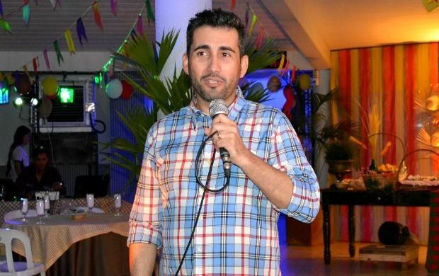 Executivo de vendas Flavio Henrique Cardozo dá boas vindas aos convidados (Foto: Angelina Ayres Medeiros/Rede Amazônica)