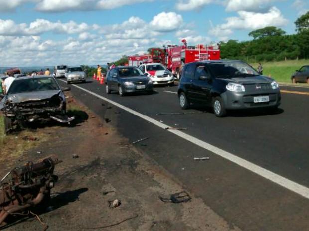 Acidente deixou pista interditada por alguns minutos (Foto: Divulgação/ Bombeiros Avaré)