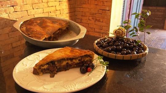 Veja a receita de empadão de linguiça com jabuticaba feita em Sabará